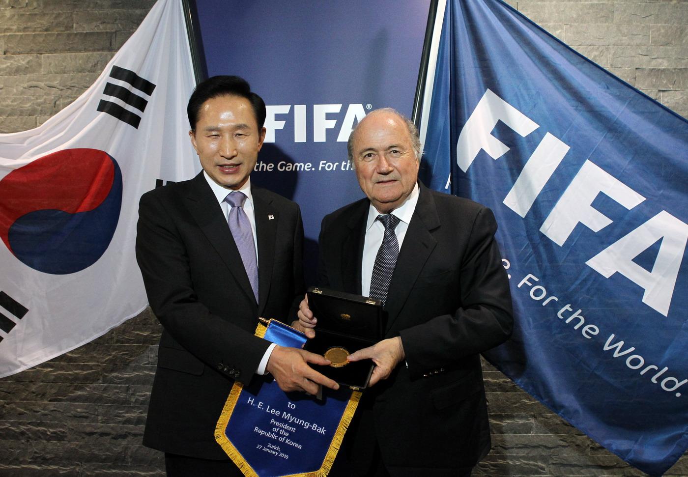 El presidente de la FIFA, Sepp Blatter, fotografió al ex presidente surcoreano I Mjongbak en 2010 (derecha) de 1998 a 2015.  Blatter renunció en 2015 después de que estallara el escándalo de la FIFA.