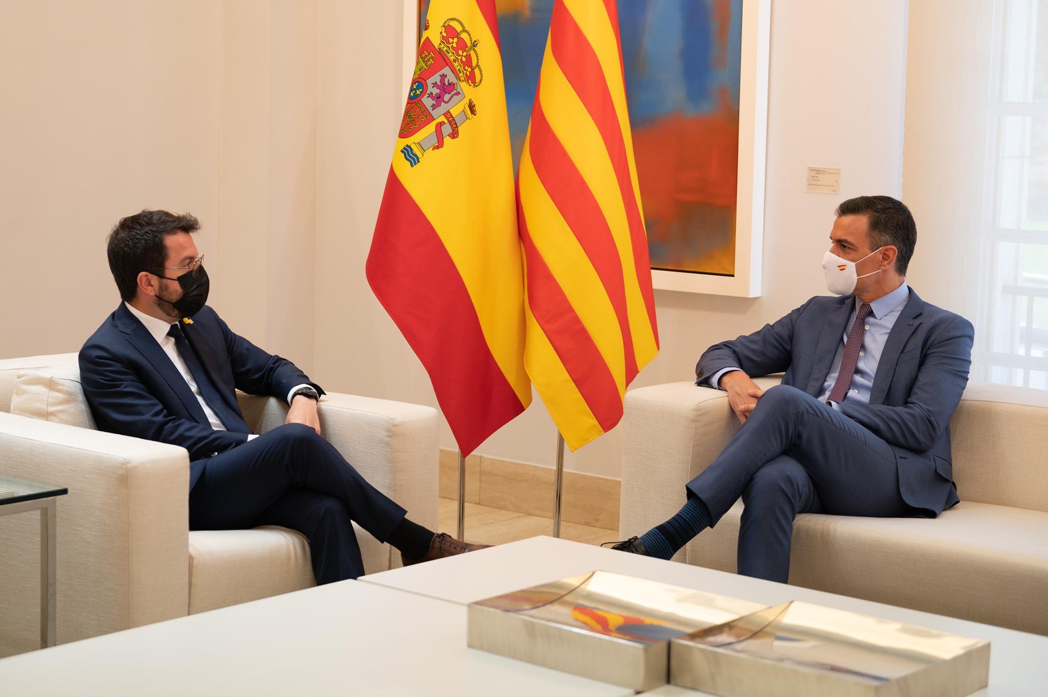 El presidente catalán Pere Aragonas (izquierda) y el primer ministro español Pedro Sánchez (derecha) se dirigirán a Barcelona el 29 de junio.