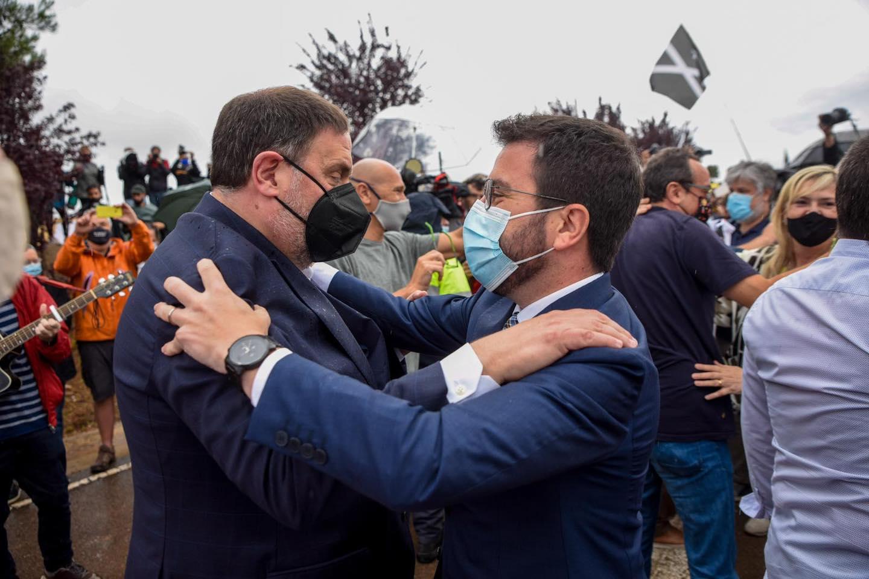 El líder catalán Pere Aragonus (derecha) recibió personalmente a su líder de partido, Oriol Janqueveras, quien estuvo preso durante tres años y medio cuando fue liberado el 23 de junio de 2021.